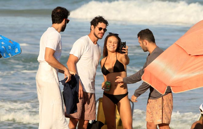 José Loreto foi tietado por fã em passeio na praia