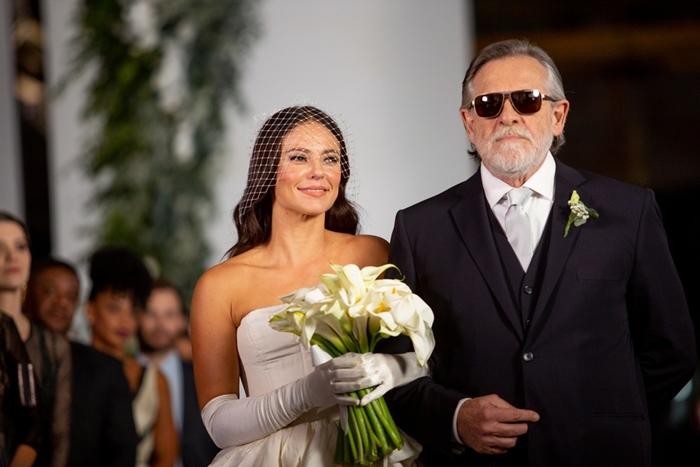 Otávio (José de Abreu) leva a filha até o altar (Foto: Fabiano Battaglin/Globo)