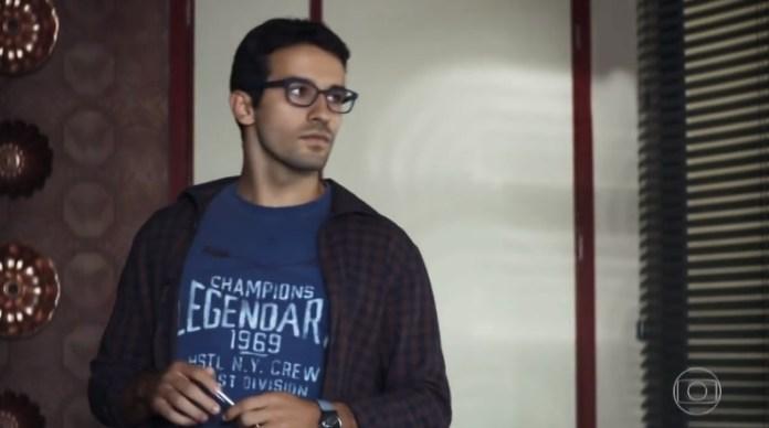 Zé Hélio (Bruno Bevan) é o irmão mais tímido da família de Eusébio (Marco Nanini) em A Dona do Pedaço da Globo