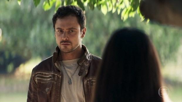 Chiclete (Sergio Guizé) vai ficar arrasado após flagrar Vivi (Paolla Oliveira) com outro em A Dona do Pedaço (Foto: Reprodução/Globo)