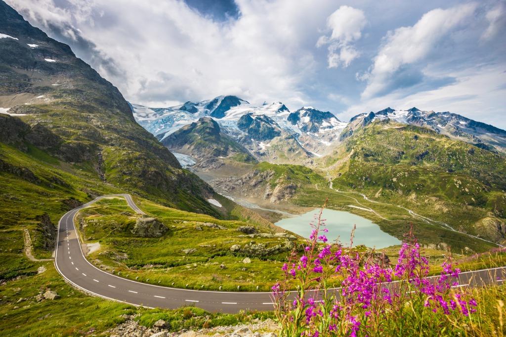 kronkelende bergpas weg in de Alpen afbeelding id687506718 afbeelding