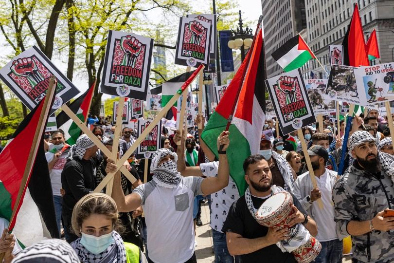 Des partisans brandissent des drapeaux et des affiches lors d'un rassemblement en mai 2021 à Chicago en réponse aux violences persistantes entre Israéliens et Palestiniens au Moyen-Orient.