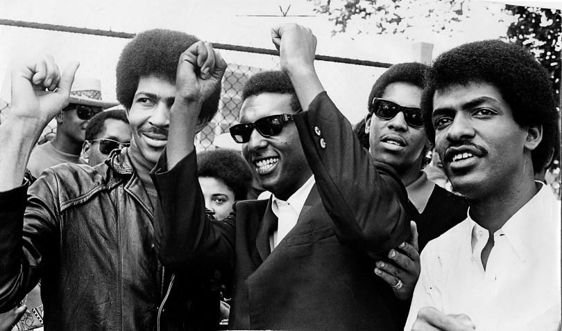 Le leader du Black Power, Stokely Carmichael, est photographié avec des assistants.  À la fin des années 1960, Carmichael a lancé un appel enflammé au soutien des Noirs à la révolution palestinienne.