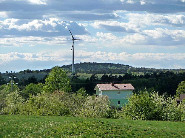 Država je končno priznala, da sploh nima meril in predpisov o tem, kako blizu hišam lahko stojijo vetrne elektrarne.