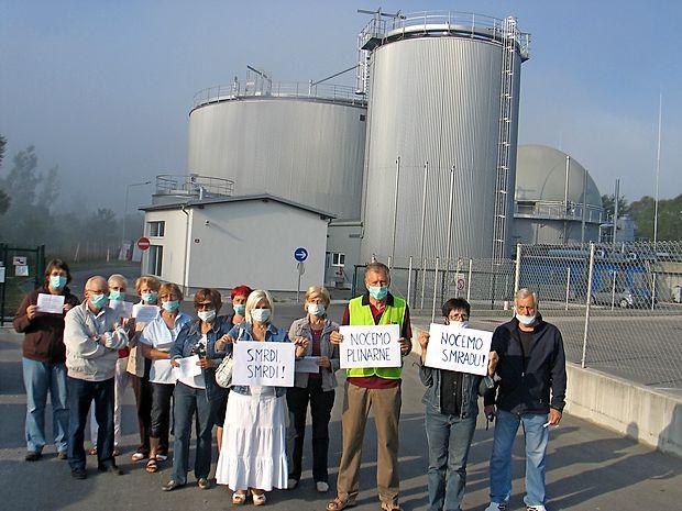 Ilirskobistričani, povezani v civilno iniciativo, so proti onesnaževanju iz bioplinarne protestirali že pred časom (na fotografiji je protest decembra 2011), odločno pa se bodo zoperstavili tudi njenemu morebitnemu ponovnemu zagonu.
