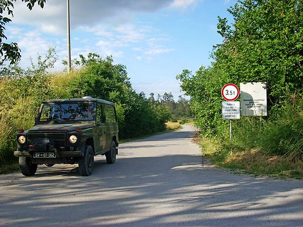 Prometni znaki, ki jih je postavila postojnska občina, vozil Slovenske vojske ne ustavijo. Mimo njih se mirno peljejo tudi več ton težki oklepniki, saj so si v vojski zagotovili, da na tem območju promet ureja vojaška policija in ne občinski redarji.