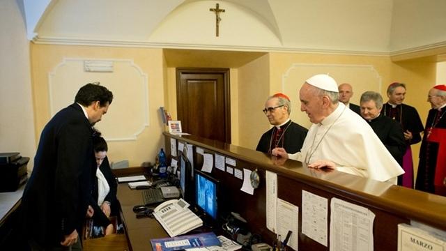 CLASES PRÁCTICAS.  Mostrando sencillez, el Papa Francis paga personalmente el proyecto de ley para su alojamiento poco después de su elección como pontífice.  El archivo del Osservatore Romano / AFP
