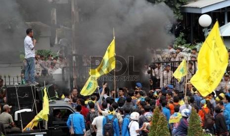 Massa dari Pergerakan Mahasiswa Islam Indonesia (PMII) melakukan aksi unjuk rasa menolak kenaikan BBM dengan membakar ban bekas di depan kantor ESDM, Jakarta, Selasa (18/11).   (Republika/ Yasin Habibi)
