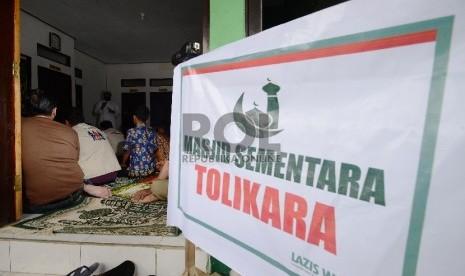 Anggota TNI, Polri bersama para pengungsi dan relawan melaksanakan shalat Jumat di Koramil Karubaga yang dijadikan Masjid sementara di Tolikara, Papua, Jumat (24/7).  (Republika/Raisan Al Farisi)