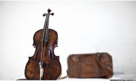 Biola dan tas yang ditemukan di bangkai kapal Titanic