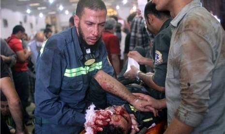 Demonstran yang mengalami luka dilarikan ke rumah sakit darurat di dekat Masjid Rabaa Adawiya, Cairo, Mesir, Rabu (14/8).