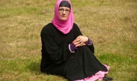Dennis Queen kenakan hijab untuk menghindari alergi