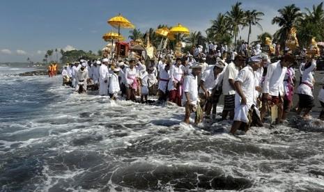 Hindus perform their religious ritual in Bali. (illustration)