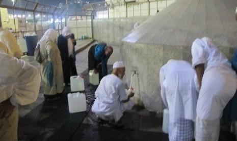 Farida Masuk Islam Setelah Minum Air Zamzam