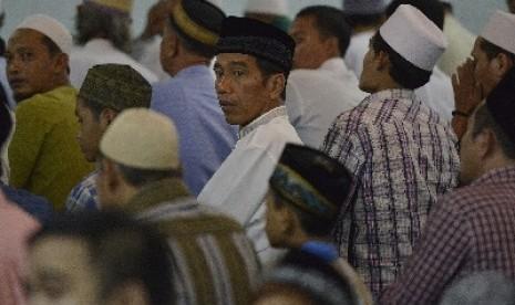 Jokowi shalat Tarawih di Masjid Ali Akbar, Sidosermo, Surabaya, Jawa Timur, Sabtu (28/6).