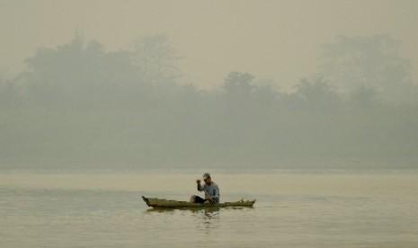 Kabut asap pekat di Desa Kemingking Luar, Taman Rajo, Muarojambi, Jambi, Selasa (6/10).