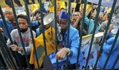 Kader PMII Melakukan Unjuk Rasa Tolak Kenaikan BBM di DPR