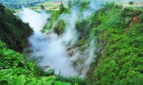 Kepulan asap putih yang mengandung gas karbondioksida (CO2) terlihat di permukaan kawah Timbang dataran tinggi Dieng, Batur, Banjarnegara, Jateng.