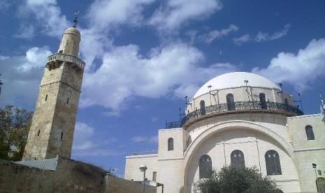 Umar bin Khottob Memasuki Yerusalem, Menara Masjid Umar bin Khatab (kiri) di Yerusalem, Palestina.