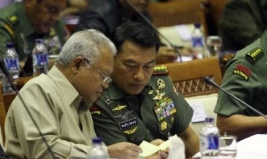 Menhan Purnomo Yusgiantoro (kiri) didampingi Panglima TNI Jenderal Moeldoko (kanan)