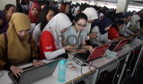 Para pencari kerja mengantre untuk mendaftar kerja dalam pameran bursa kerja di Balai Kartini, Jakarta, Jumat (23/8).  (Republika/Yasin Habibi)
