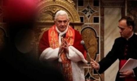 Paus Benediktus XVI menyampaikan pidato kepada kardinal dan uskup di Vatikan