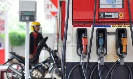 Petugas membantu warga mengisi bahan bakar minyak (BBM) di SPBU Jakarta, Selasa (7/10).(Prayogi/Republika)