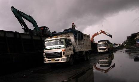 Proses bongkar muat batu bara dari kapal ke truk pengangkut di Pelabuhan Tanjung Priok, Jakarta Utara, Ahad (12/1).  (Republika/Adhi Wicaksono)