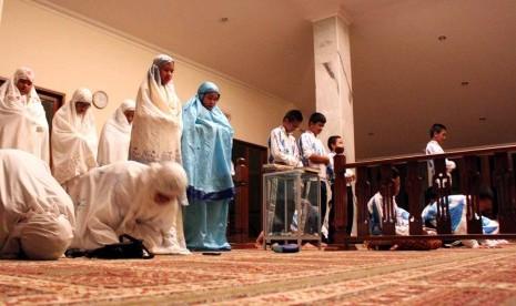 Sejumlah umat Muslim melaksanakan shalat malam (ilustrasi).