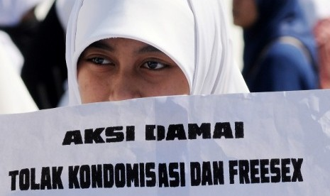 Seorang aktivis berunjuk rasa menolak sosialisasi kondom di Mandala, Makassar, Sulsel, Senin (25/6). Mereka mengecam kebijakan pemerintah yang menggelar kampanye kondom bagi remaja karena dianggap melegalkan perzinaan.