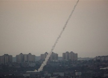 Serangan roket Palestina terhadap Israel. (ilustrasi)
