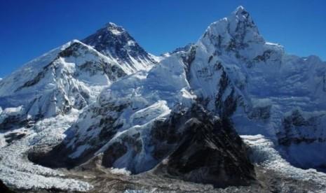 Studi terbaru menunjukan cairnya saltu di puncak gunung Everest (puncak kedua dari kiri) dan taman nasional yang mengelilinginya