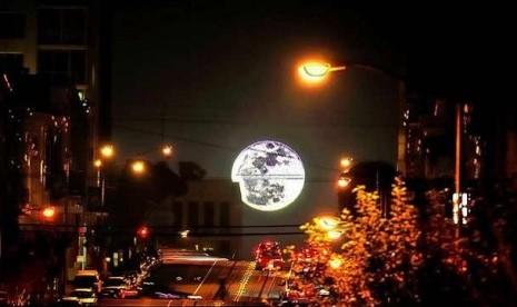 Supermoon, kondisi di mana bulan purnama penuh akan terlihat lebih besar dan lebih terang ketimbang purnama lain, hingga mencolok saat berada di cakralawal