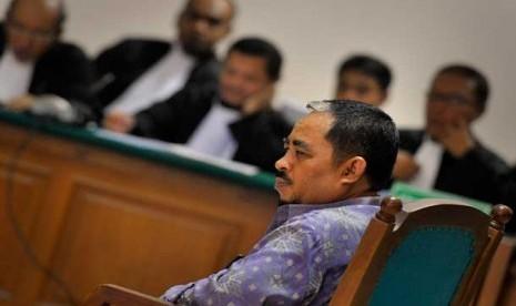 Tersangka korupsi dan pencucian uang, Luthfi Hasan Ishaaq menjalani sidang perdana dengan agenda pembacaan dakwaan di Pengadilan Tiipikor, Jakarta, Senin (24/6).