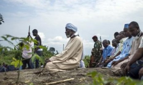 Umat Islam di Bangun tengah melaksanakan shalat berjamaah