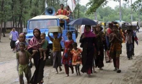 Warga mengungsi ke tempat perlindungan menyusul peringatan datangnya Topan Mahasen di Bangladesh
