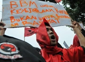 Demonstran 'Merahkan' Monas