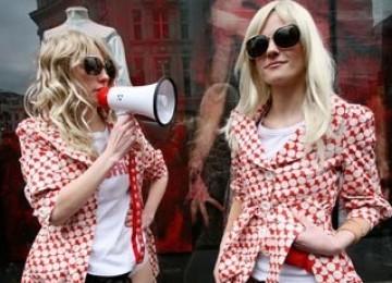 Ups...Ratusan Wanita Inggris Berdemo Tolak Operasi Keperawanan