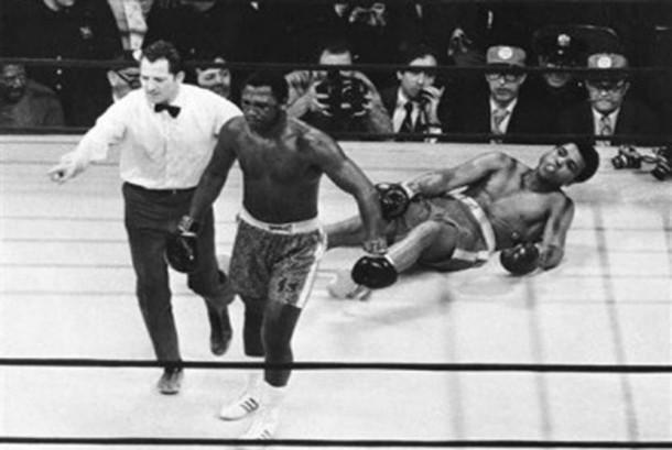 Pertarungan Joe Frazier (kiri) melawan Muhammad Ali (kanan)