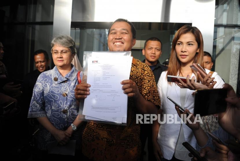 Istri Budi Mulia Anne Mulia, Koordinator LSM MAKI Boyamin Saiman, Anak Terpidana Budi Mulya,Nadia Mulya ( kiri ke kanan) menunjukan hasil pelaporan kepada media di Gedung KPK, Jakarta, Kamis (12/4).