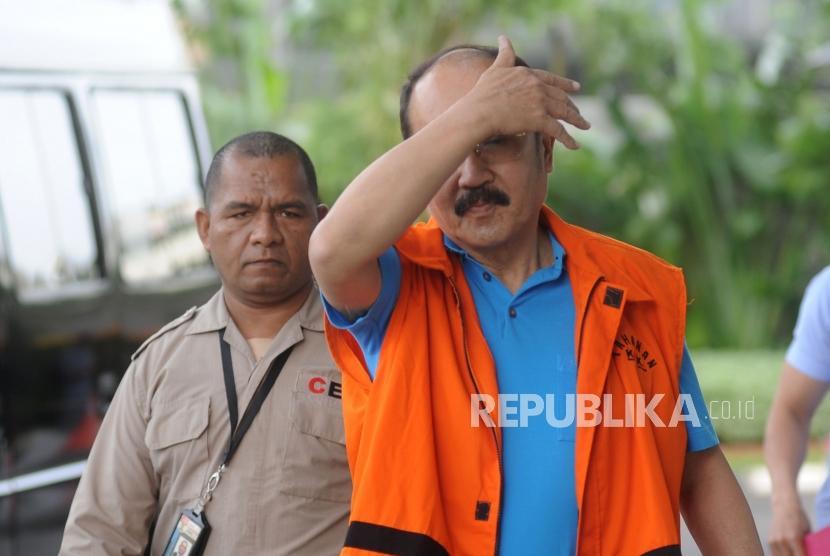 Tersangka kasus merintangi, mencegah atau menggagalkan secara langsung atau tidak langsung penyelidikan perkara KTP Elektronik dengan tersangka Setya Novanto Fredrich Yunadi menutup muka saat turun dari mobil tahanan untuk melakukan pemeriksaan di Kantor KPK. Jakarta, Selasa (16/1).