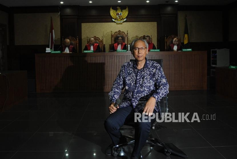 Dokter Rumah Sakit Medika Permata Hijau Bimanesh Sutarjo menjalani sidang perdana di pengadilan Tipikor, Jakarta, Kamis (8/3).