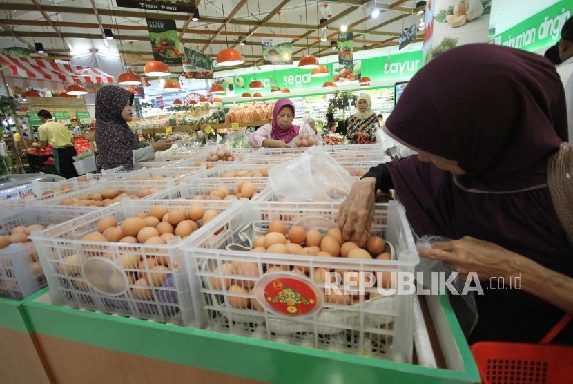 Sejumlah pengunjung memilih telur ayam di sebuah supermarket, di Kota Bandung, Rabu (20/12).