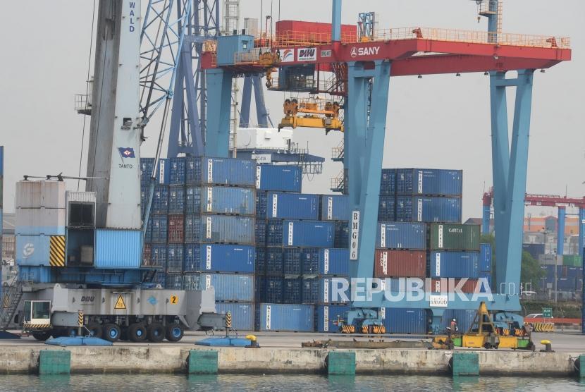 Aktivitas bongkar muat peti kemas di pelabuhan. ilustrasi