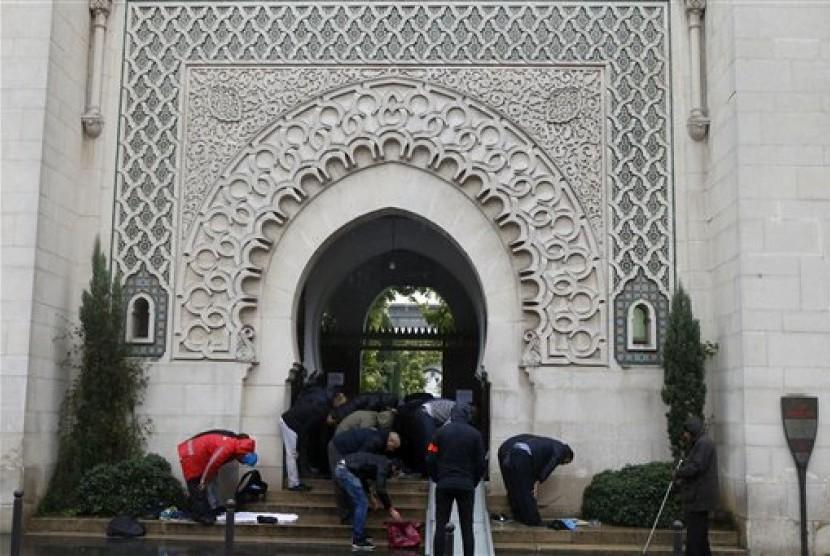 Warga muslim melaksanakan shalat Jumat di sebuah masjid -ilustrasi-