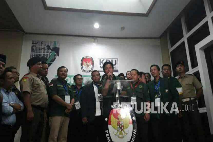 Ketua Umum Partai Bulan Bintang (PBB), Yusril Ihza Mahendra menjelang penyerahan berkas pendaftaran parpol calon peserta Pemilu 2019 di Kantor KPU, Menteng, Jakarta Pusat, Senin (16/10) malam. PBB menjadi parpol ke-22 yang mendaftar ke KPU.  dian erika N