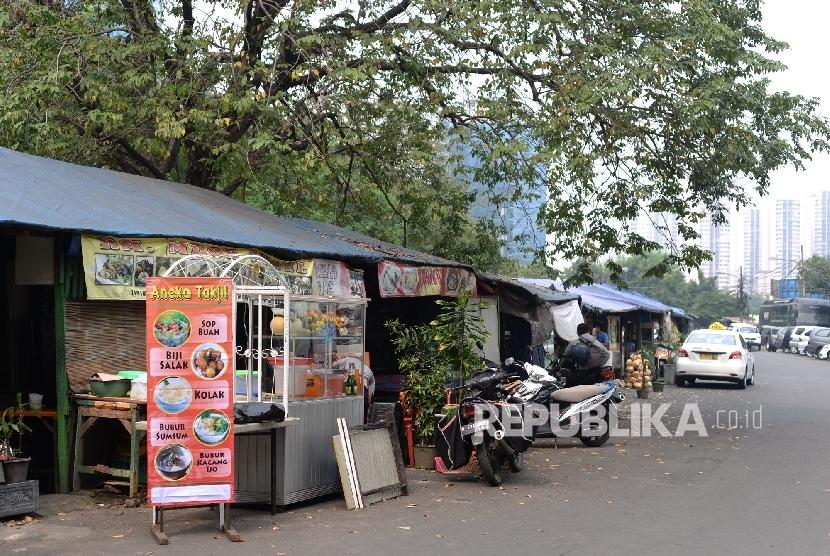 Beberapa warung makan banyak yang memilih tutup pada hari pertama Ramadhan di kawasan perkantoran Jakarta, Senin (6/6). (Republika/Wihdan)