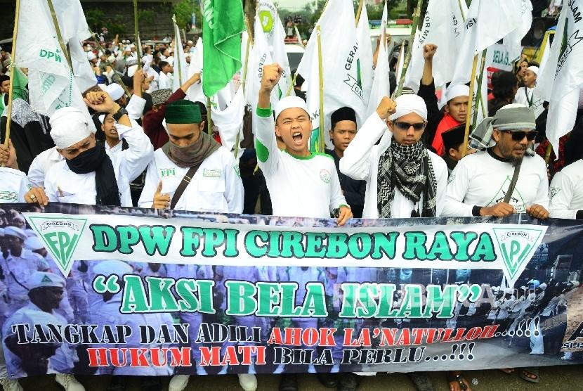Di depan Gedung Sate, Kota Bandung, massa meneriakkan Takbir pada Aksi demonstrasi umat Islam terkait pernyataan kontoversi Gubernur DKI Jakarta, Basuki Tjahaja Purnama atau Ahok yang mengutip salah satu ayat Alquran.