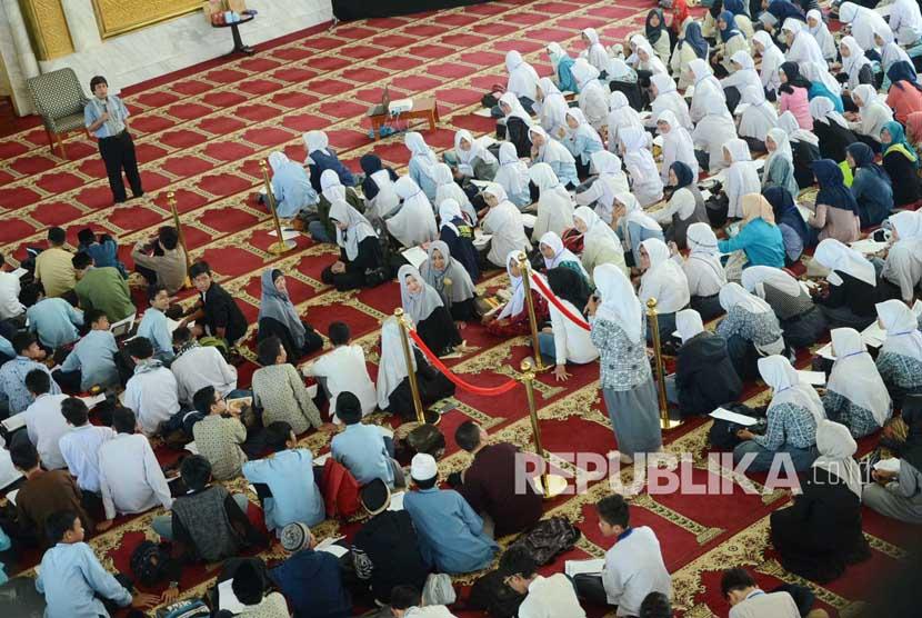 Memakmurkan masjid (ilustrasi)