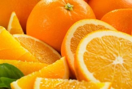 Seorang petugas memeriksa barang berupa sayuran, buah-buahan dan panganan olahan di sebuah supermarket di Kota Bandung, Rabu (20/12). Masyarakat berharap menjelang Natal dan tahun baru harga kebutuhan pokok atau sembako tetap terkendali.